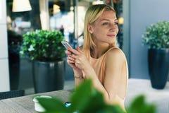 Шикарная женщина наслаждаясь хорошим днем Стоковое Фото