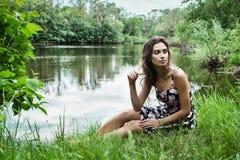 Шикарная женщина на природе Стоковые Изображения