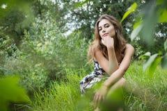 Шикарная женщина на природе Стоковые Фото