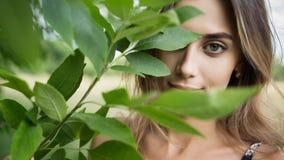 Шикарная женщина на природе Стоковая Фотография