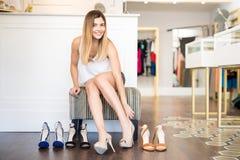 Шикарная женщина покупая некоторые ботинки Стоковое Изображение