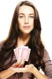 Шикарная женщина представляя карточки покера Стоковые Фото