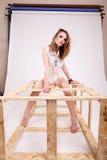 Шикарная женщина представляя моду в фото студии стоковое фото