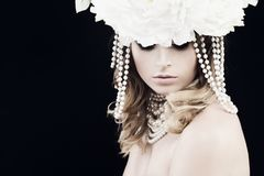 Шикарная женщина с жемчугами и белыми цветками стоковое изображение rf