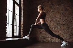 Шикарная женщина фитнеса делает тренировки спорта в спортзале Стоковая Фотография