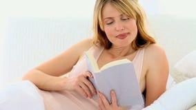 шикарная женщина чтения видеоматериал