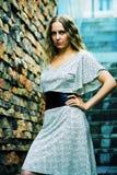 шикарная женщина шагов стоковая фотография rf
