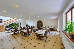 Шикарная комната при таблицы предусматриванные с интерьером белых скатертей красивым в гостинице с современной реновацией Стоковые Изображения RF