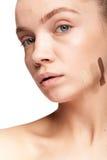 Шикарная красивая женщина с нашивками разного вида сливк Стоковое фото RF