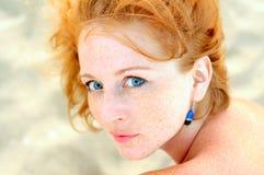 Шикарная красная с волосами женщина стоковое фото