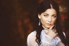 Шикарная красота брюнет в старомодном платье стоковое фото