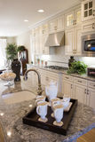 шикарная кухня самомоднейшая Стоковое фото RF