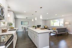 Шикарная кухня с открытой концепцией floorplan стоковые фотографии rf
