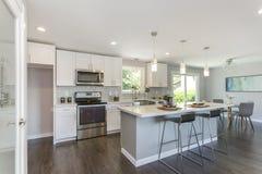Шикарная кухня с открытой концепцией floorplan стоковая фотография