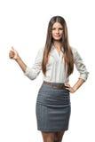 Шикарная маленькая девочка стоя и показывая большие пальцы руки вверх Стоковое фото RF