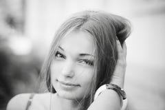 Шикарная милая девушка усмехаясь и смотря стоковая фотография