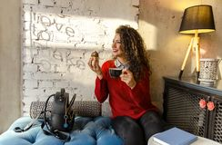 Шикарная молодая женщина наслаждаясь перерывом на чашку кофе стоковые фото