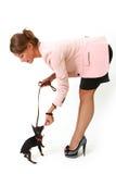 Шикарная молодая женщина при малая собака изолированная на белизне Стоковые Фото