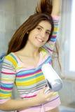 Шикарная молодая женщина суша длинные волосы в bathroom стоковые фото
