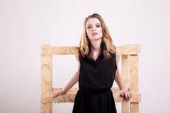 Шикарная модельная представляя мода в фото студии стоковое изображение rf