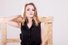 Шикарная модельная представляя мода в фото студии стоковая фотография