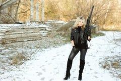 Шикарная молодая блондинка с пушкой Стоковые Изображения RF