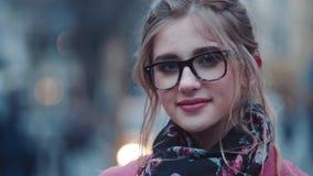 Шикарная молодая женщина в стильном составе взгляда и света стоя в центре города, прелестно смотря к видеоматериал