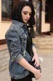 Шикарная молодая женщина с темными волосами в вскользь обмундировании, jacke джинсов Стоковое фото RF