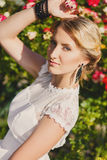 Шикарная молодая невеста в парке цветов Стоковые Фотографии RF