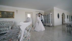Шикарная пара свадьбы встречает и ласки в роскошной комнате видеоматериал