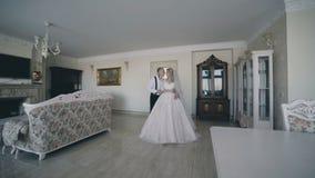 Шикарная пара свадьбы встречает и ласки в роскошной комнате сток-видео