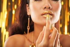 Шикарная расслабленная женская применяясь губная помада яркого блеска стоковая фотография