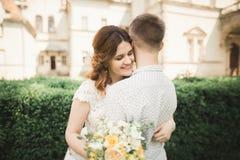 Шикарная романтичная нежная стильная красивая кавказская невеста на замке предпосылки старом барочном Стоковая Фотография RF