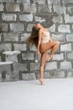 Шикарная сексуальная блондинка в бежевом теле каменной стеной Стоковые Изображения RF