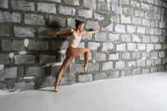 Шикарная сексуальная блондинка в бежевом теле каменной стеной Стоковое Изображение RF