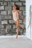 Шикарная сексуальная блондинка в бежевом теле каменной стеной Стоковая Фотография