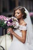 Шикарная сексуальная невеста в букете винтажного платья пахнуть цветков Стоковые Изображения