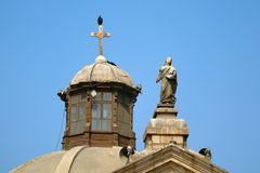 Шикарная скульптура и купол собора Лимы в Лиме, Перу стоковые фото