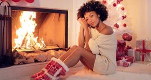 Шикарная стильная молодая женщина празднуя рождество Стоковые Изображения RF