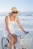 Шикарная счастливая блондинка на езде велосипеда на пляже Стоковые Изображения RF