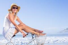 Шикарная счастливая блондинка на езде велосипеда на пляже Стоковые Фото