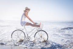 Шикарная счастливая блондинка на езде велосипеда на пляже Стоковая Фотография