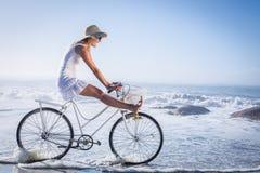 Шикарная счастливая блондинка на езде велосипеда на пляже Стоковые Изображения