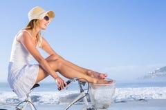 Шикарная счастливая блондинка на езде велосипеда на пляже Стоковое Изображение