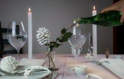 шикарная таблица установки Рождество романтичный обедающий - скатерть, столовый прибор, свечи, цветки, бутоны Стоковая Фотография