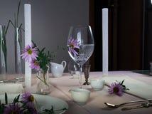 шикарная таблица установки романтичный обедающий - скатерть, столовый прибор, свечи, цветки, бутоны Стоковая Фотография