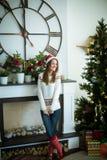 Шикарная усмехаясь девушка представляя около рождественской елки Стоковые Фотографии RF