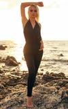 Шикарная чувственная девушка с светлыми волосами в элегантный представлять одежд Стоковые Фотографии RF