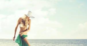 Шикарная, элегантная женщина при горячие ноги представляя на пляже в gre Стоковая Фотография
