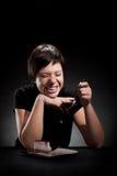 Шикарная девушка есть торт шоколада Стоковые Фотографии RF